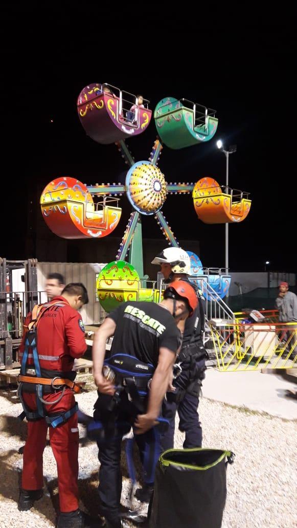 """Atrapados a seis metros de altura en una """"Mini vuelta al Mundo"""""""