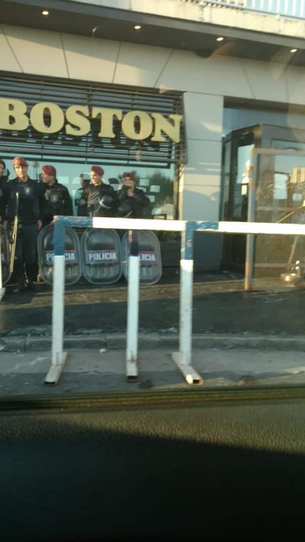 De madrugada, desalojaron uno de los locales de la Boston