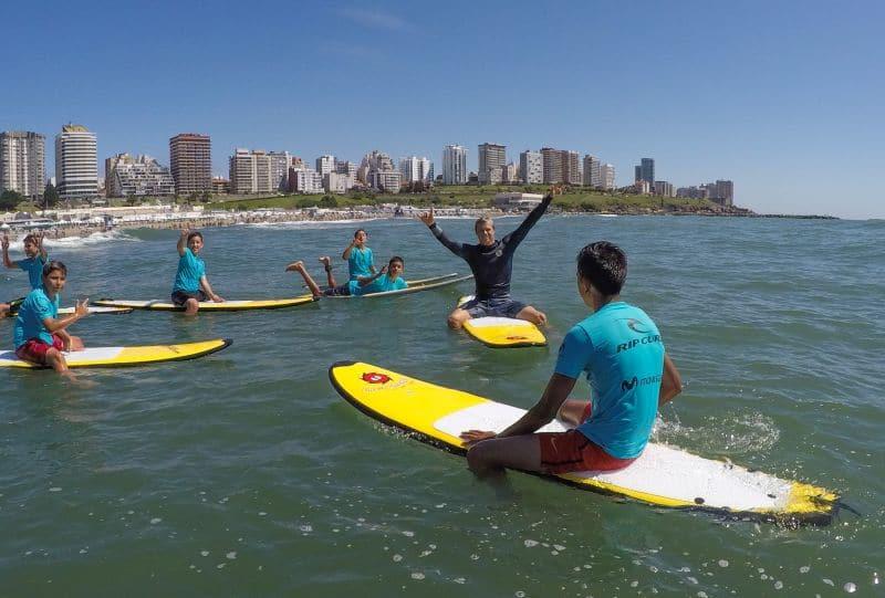 Clases de surf para los jóvenes del Envión Puerto a cargo de Lele Usuna