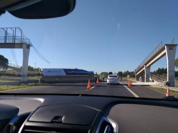 Se cayó un puente peatonal en la ruta 2 mano a Mar del Plata