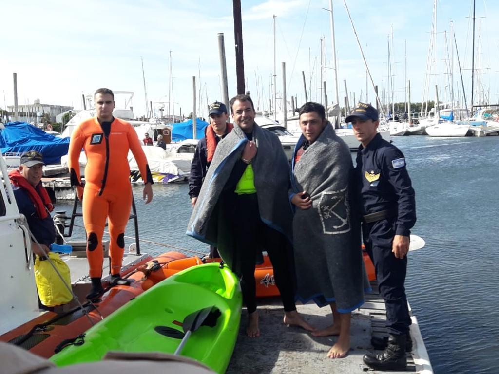 Rescatan en el mar a dos kayakistas