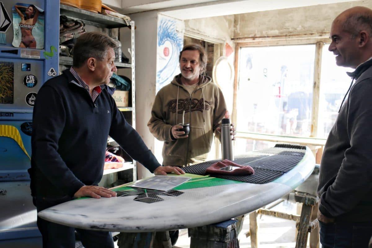 En campaña, Pulti visitó una fábrica de tablas de Surf