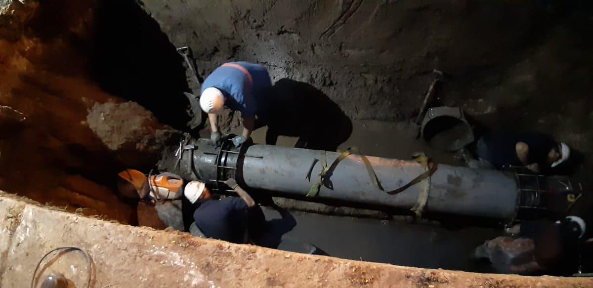 Ardua tarea de OSSE para reparar una cañería en la zona norte