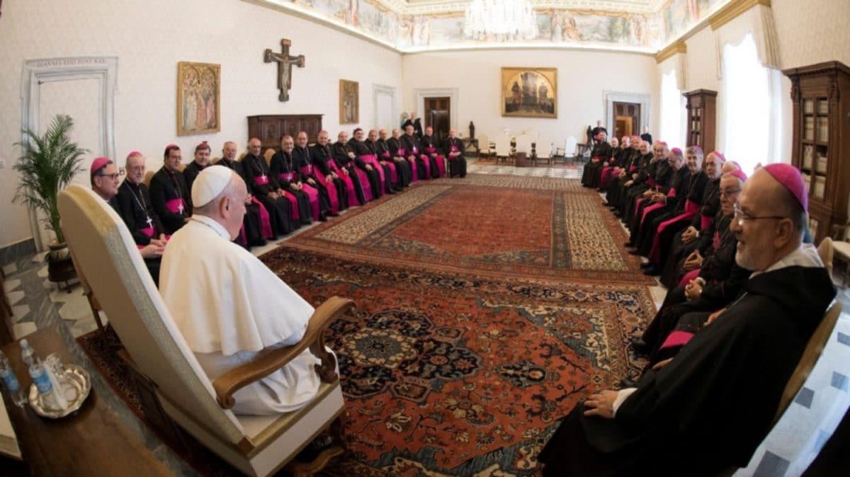 """Frente a obispos argentinos, Francisco dijo """"estar dolido por la polarización"""" en el país"""