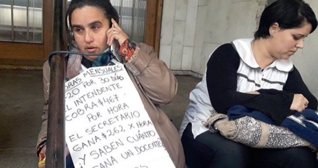 Bonificación docente: una maestra se encadenó y denunciaron espionaje