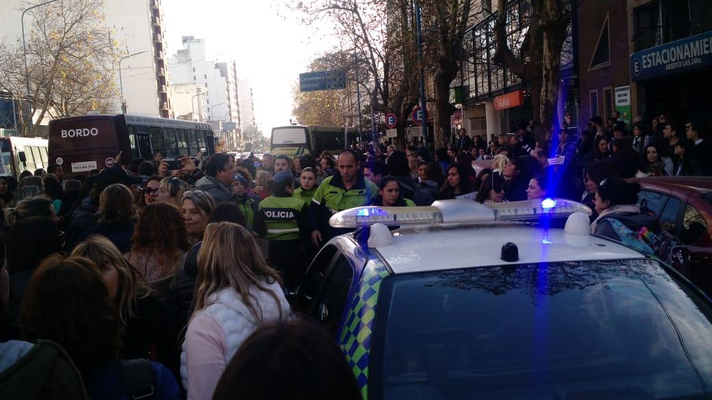 Escoltado por la policía y en patrullero, Mourelle salió del escrache docente