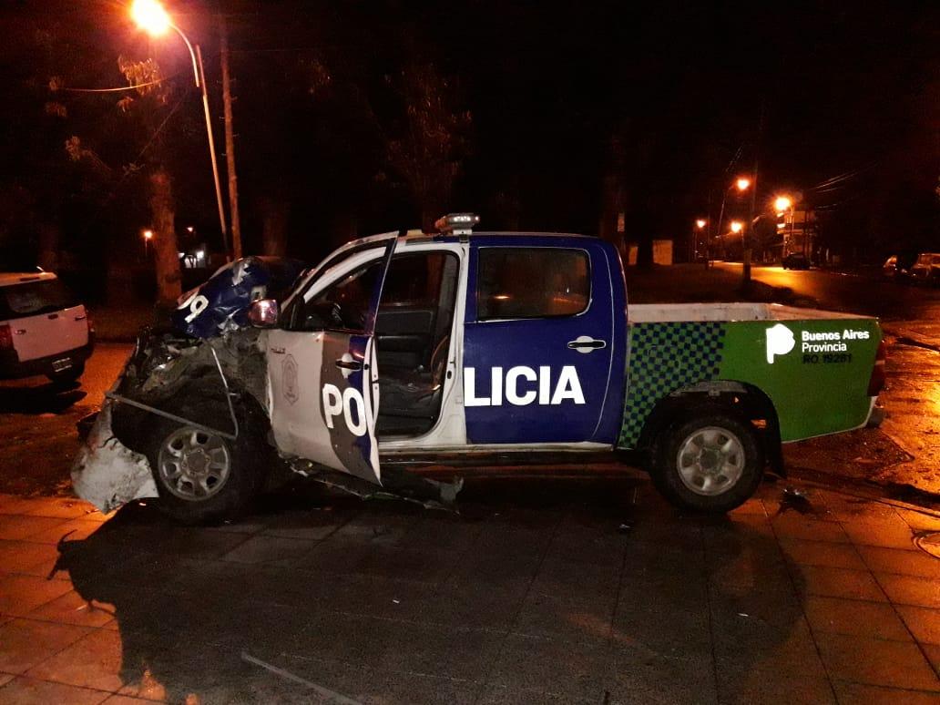 Violenta colisión entre patrullero y colectivo