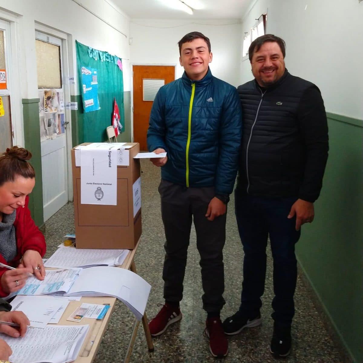 Iriart acompañó a su hijo a votar por primera vez