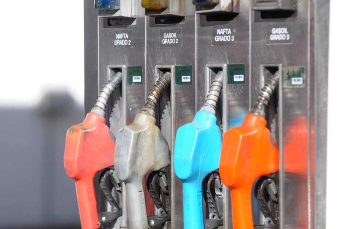 El Gobierno analiza congelar el precio de los combustibles hasta octubre