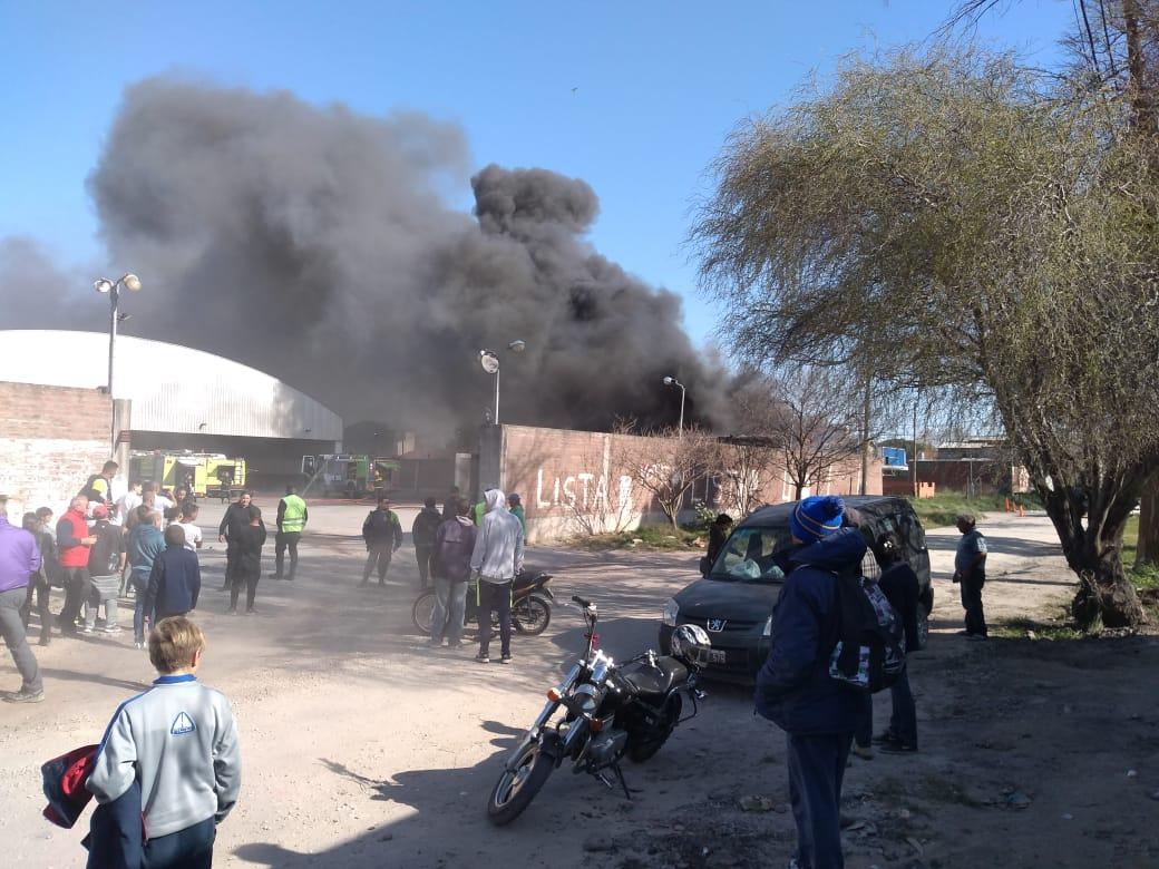 Voraz incendio destruyó cuatro micros de larga distancia