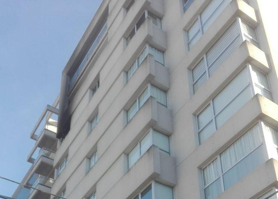 Una mujer fallecida y tres hombres en grave estado tras incendiarse un departamento