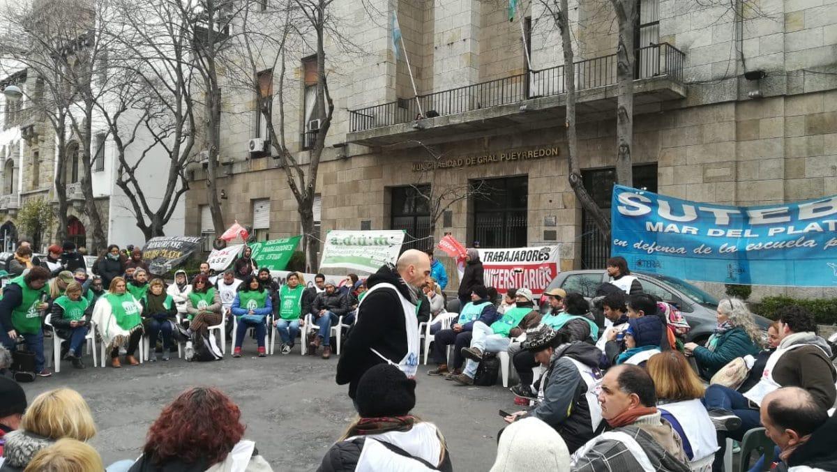 Trabajadores estatales realizaron un plenario frente a la Municipalidad