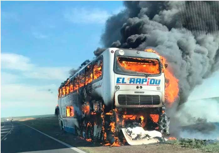 Ómnibus de la empresa El Rápido que partió de Mar del Plata se incendió por completo