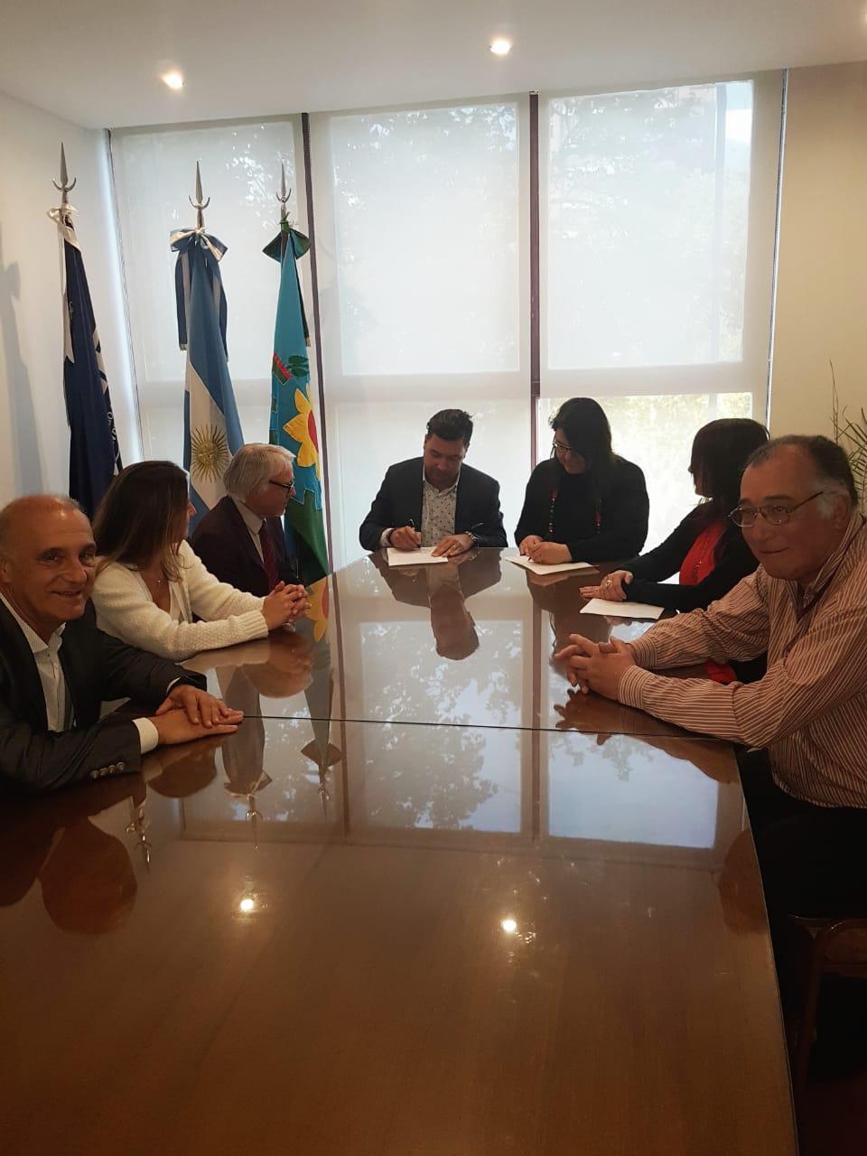 UCIP firmó un convenio de cooperación con IADEF
