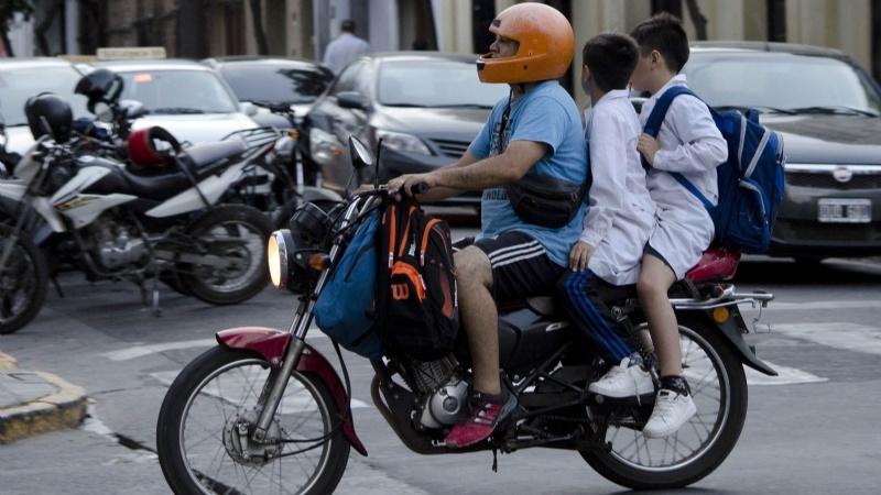 Un estudio destaca que en Mar del Plata el 75% de los menores que viaja en moto no usan casco