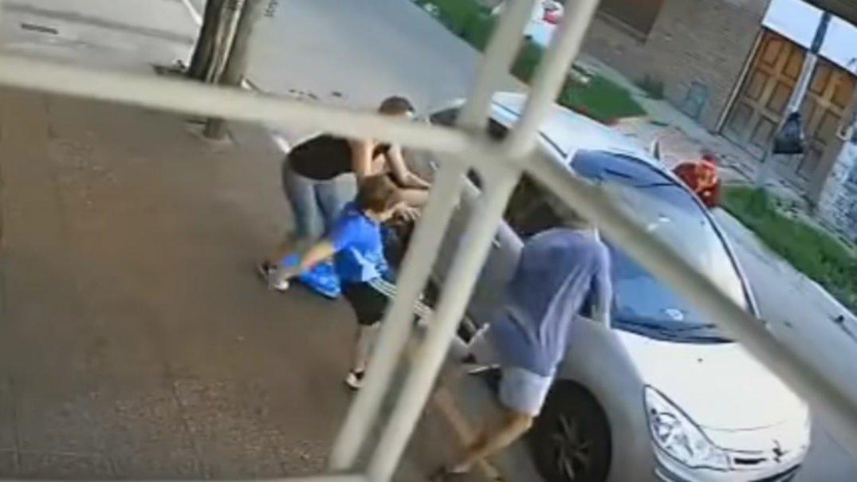 Un nene defendió a su mamá en un asalto en Bernal y le pegó una patada a uno de los ladrones