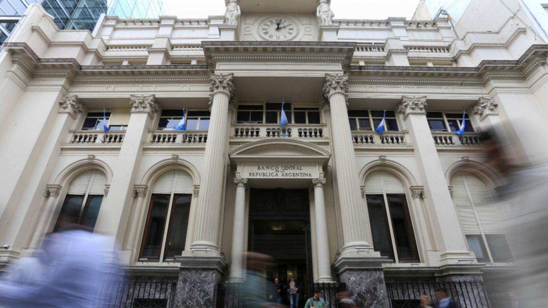 El Banco Central endurece el cepo: limita a US$ 50 los adelantos de efectivo con tarjeta en el exterior