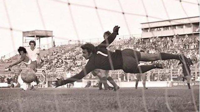 Reclaman la aparición de una placa que recordaba los primeros goles de Maradona