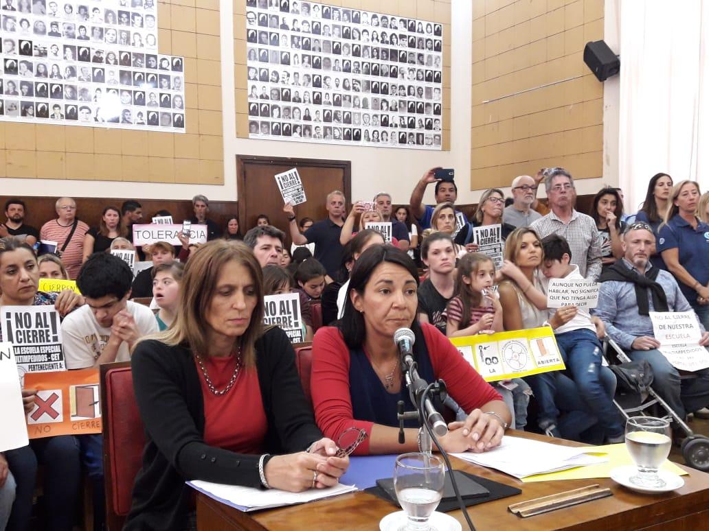 Docentes y padres pidieron en la Banca 25 la continuidad de la Escuela de Multi impedidos - CET