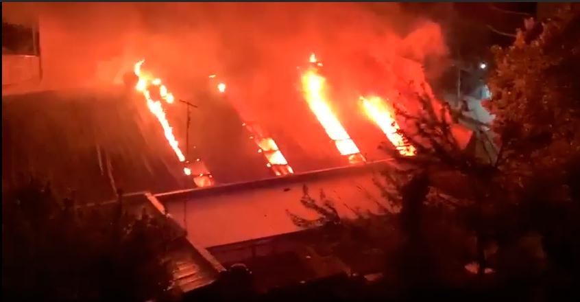 Incendio en Torres y Liva: instalan carpa de Cruz Roja para asistir a evacuados