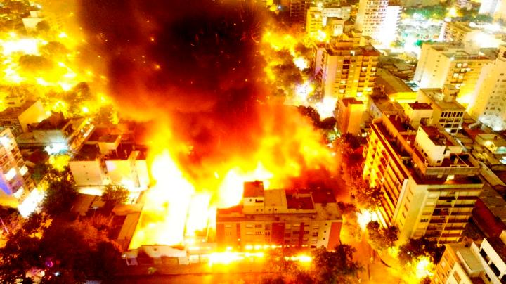 Voraz incendio en distribuidora Torres y Liva