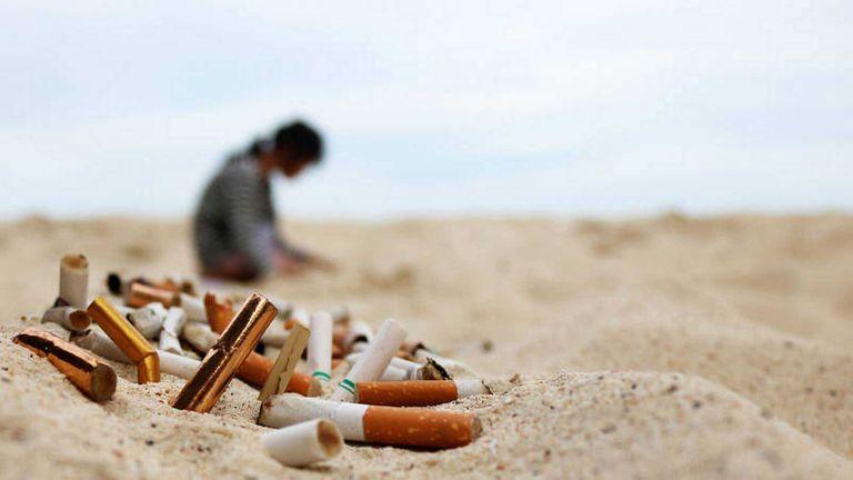 Piden la instalación de recipientes para colillas de cigarrillo en la ciudad