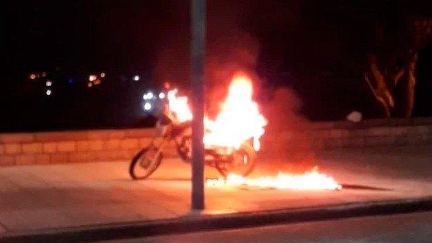 Prendió fuego su moto para que no se la secuestren en un control
