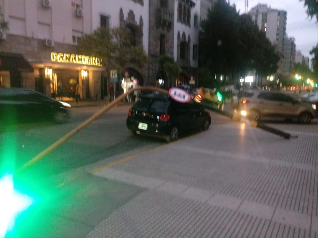Cayó un semáforo sobre un auto a metros de la Municipalidad