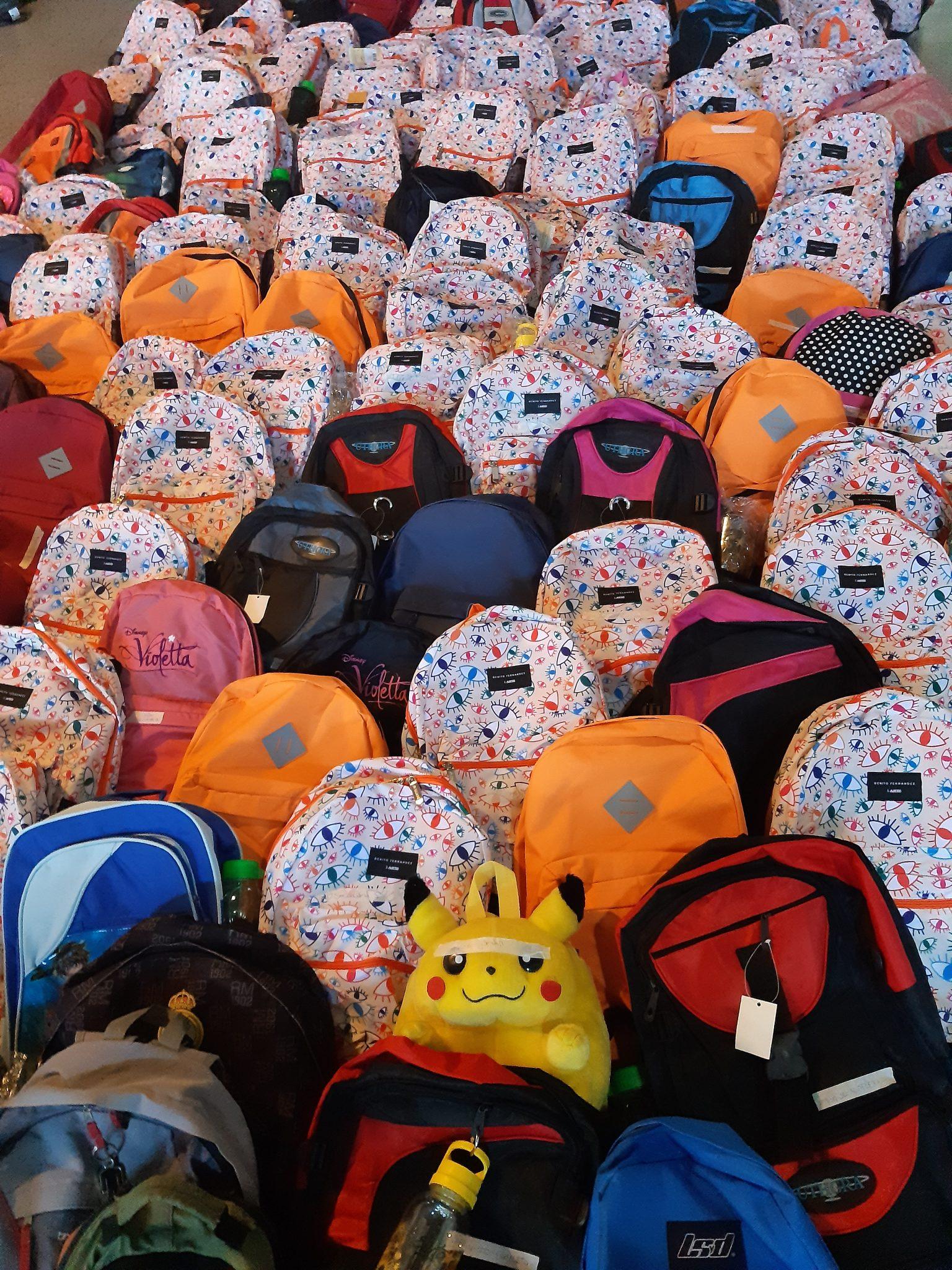 Jóvenes Solidarios entregó mochilas para inicio de clases