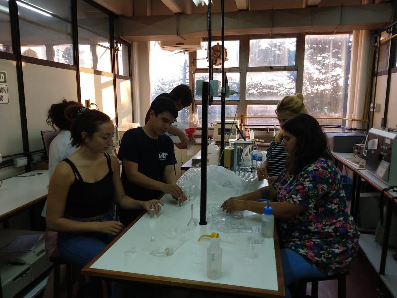 Estudiantes de la Universidad Nacional de Mar del Plata producen alcohol en gel