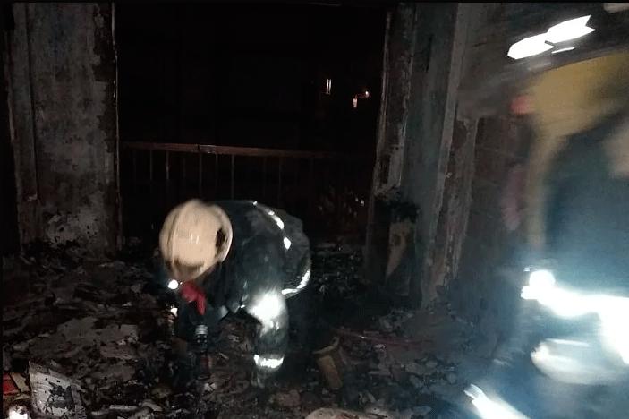 Muere un hombre al tirarse del balcón de su departamento que se incendiaba