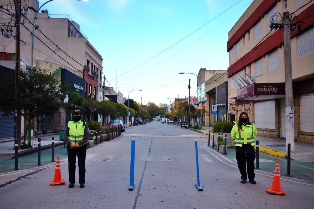Prueba piloto: peatonalizan calles comerciales y despliegan controles