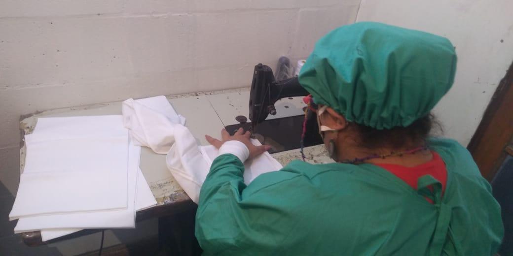 Internas trans confeccionan tapabocas en taller textil inaugurado la Alcaidía de Batán