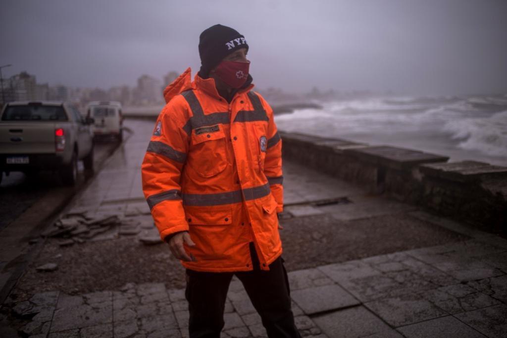 Mar del Plata soporta una sudestada con caída de árboles, voladura de techos y autoevacuados