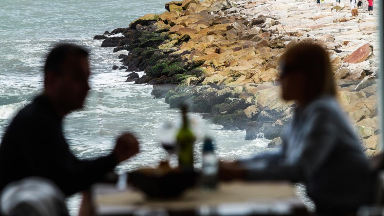La Provincia analiza solo permitirles el ingreso a bares y a restaurantes a los vacunados