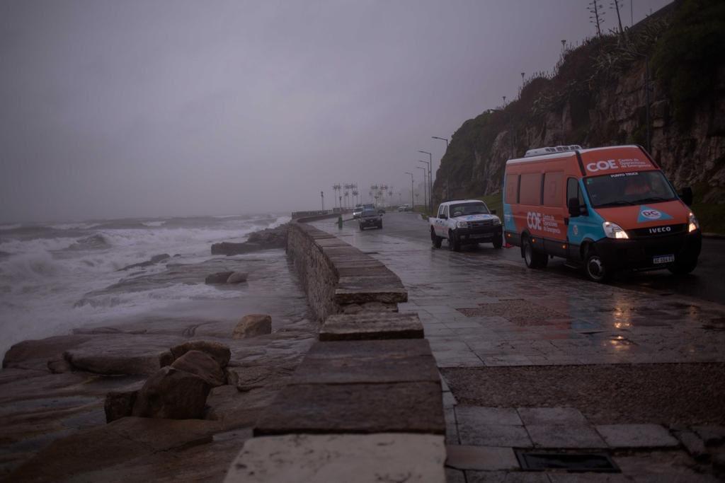 Calles anegadas y árboles caídos por temporal en la Costa Atlántica y rige el alerta rojo