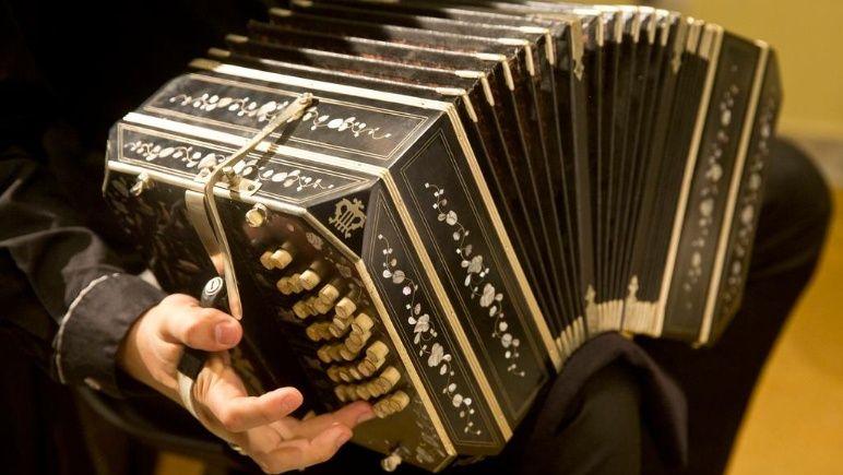 """""""Un tanguito"""" que destaca el vínculo entre el bandoneonista y su instrumento"""