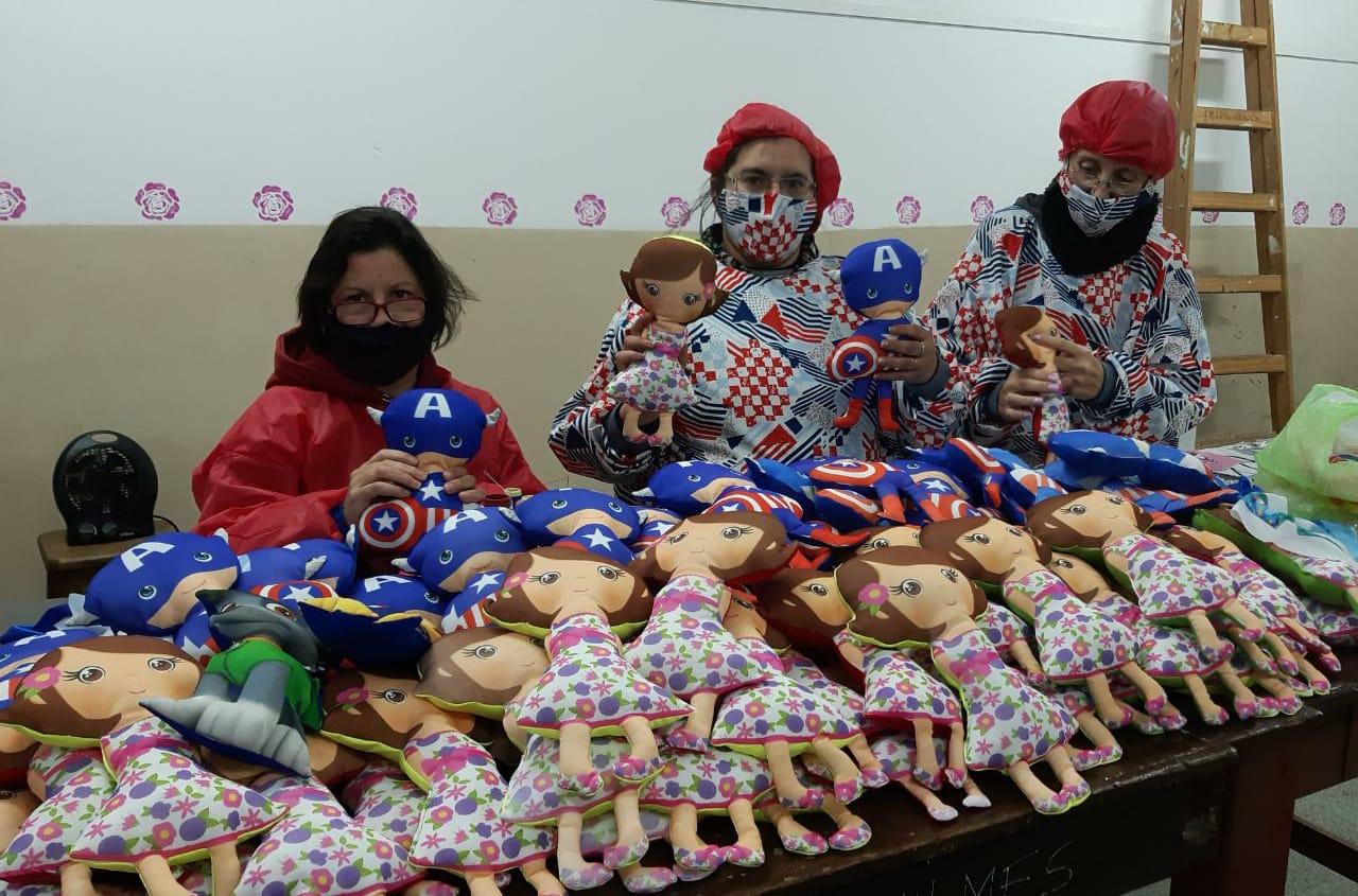Docentes y estudiantes municipales confeccionan juguetes de tela y barbijos para ser donados