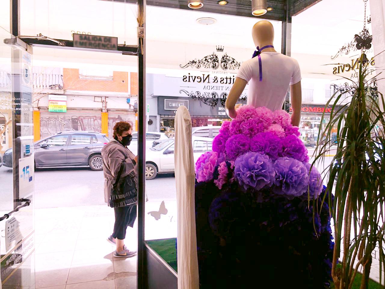 Calle Rivadavia: montaron un maniquí con falda de rosas y regalan flores