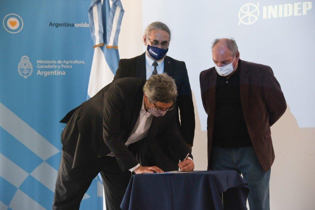 Ministro Rodríguez entregó beneficios a pescadores de Mar del Plata