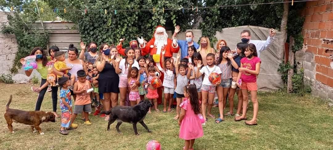 Mil niños de los barrios de la ciudad disfrutaron de la alegría de Papá Noel y de los Reyes Magos