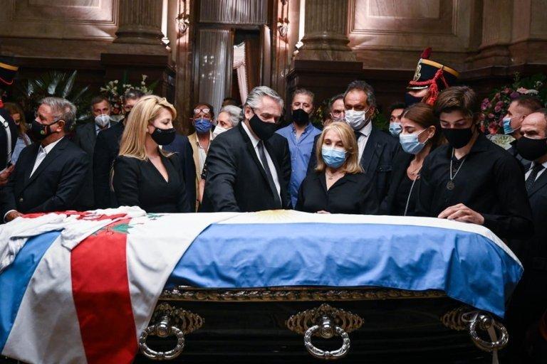 Dirigentes, gremialistas y empresarios enviaron coronas para despedir al expresidente Menem