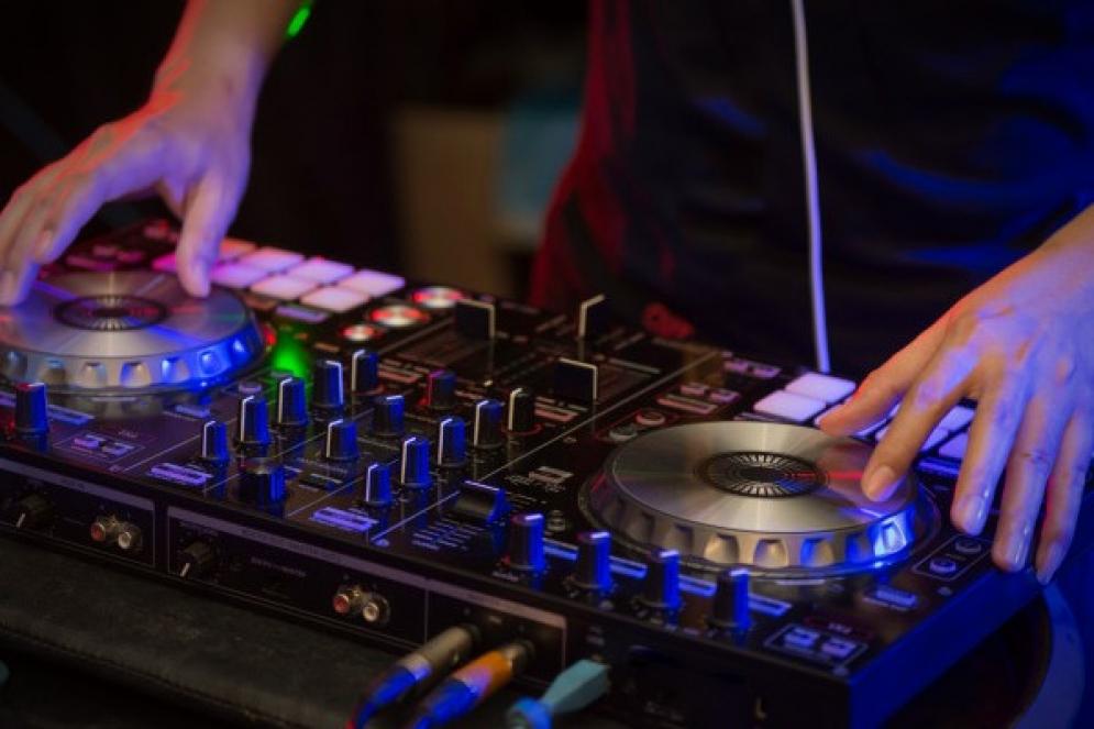 Los DJ festejan su día dentro de una compleja situación
