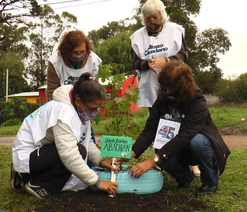 Plantan árboles en plazas en memoria de los 30 mil detenidos desaparecidos