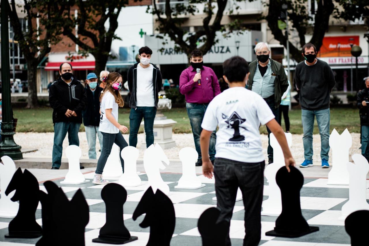 Una partida de ajedrez gigante en la Plaza San Martín