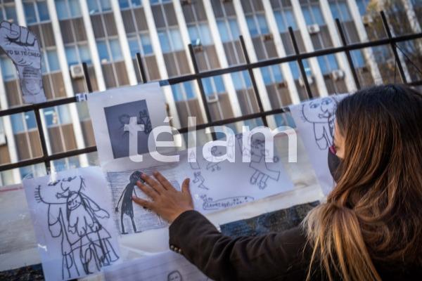 Mujer abusada sexualmente pegó en Tribunales dibujos hechos por niños abusados para pedir justicia