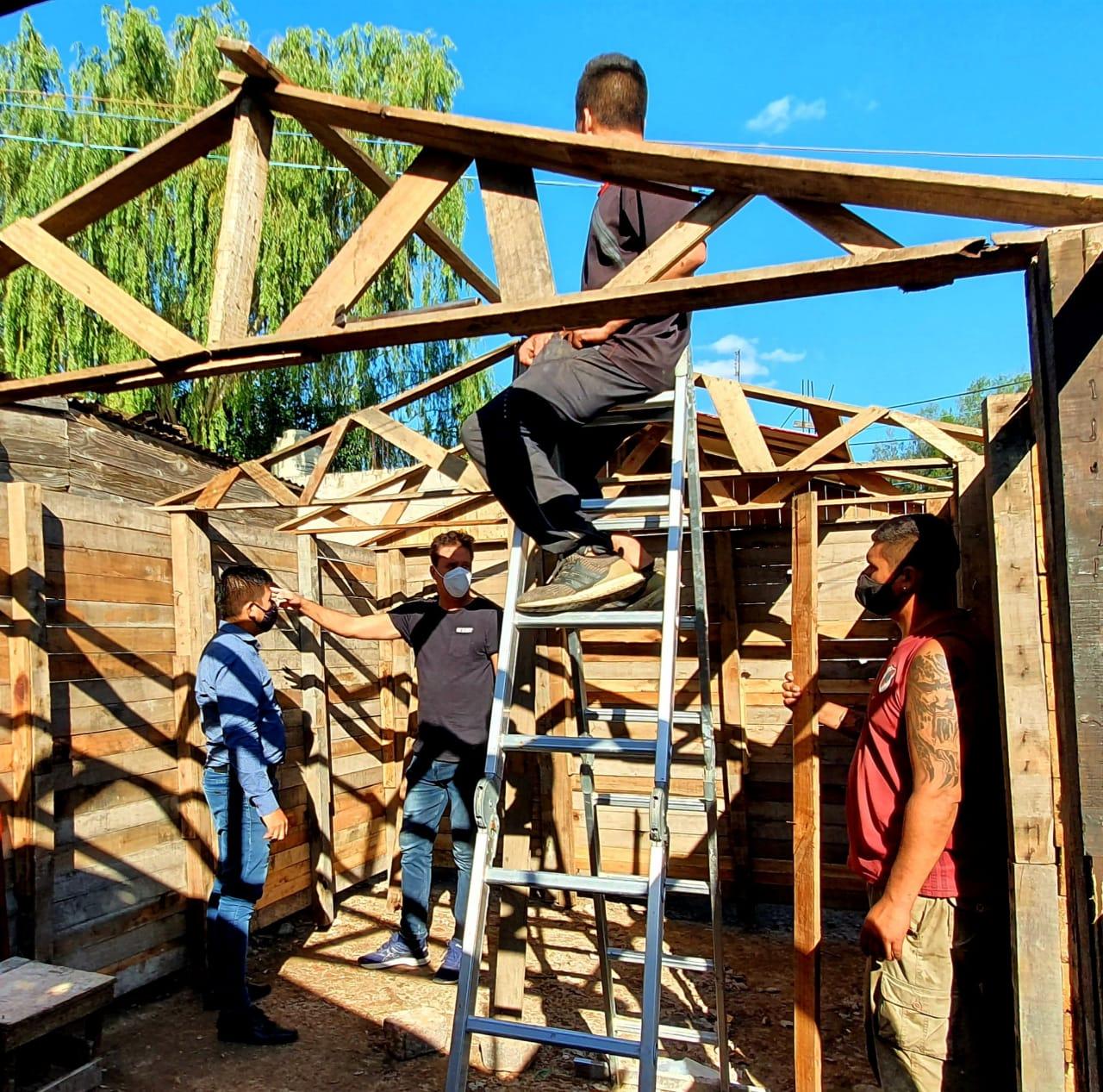 Construyen casas de madera gratuitamente y las calefaccionarán inspirándose en una creación marplatense