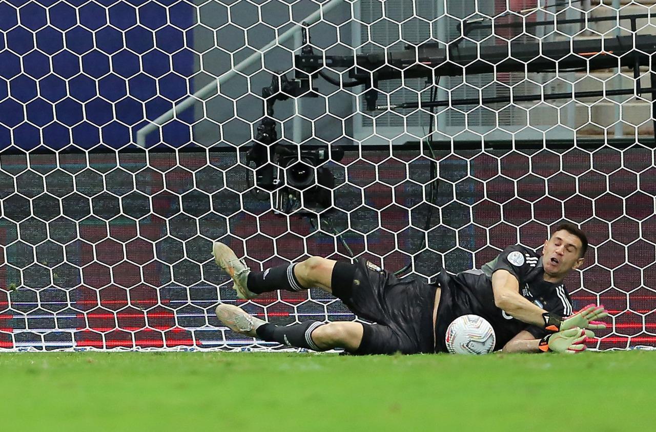 "Copa América: ""Dibu"" héroe y Argentina a la final"