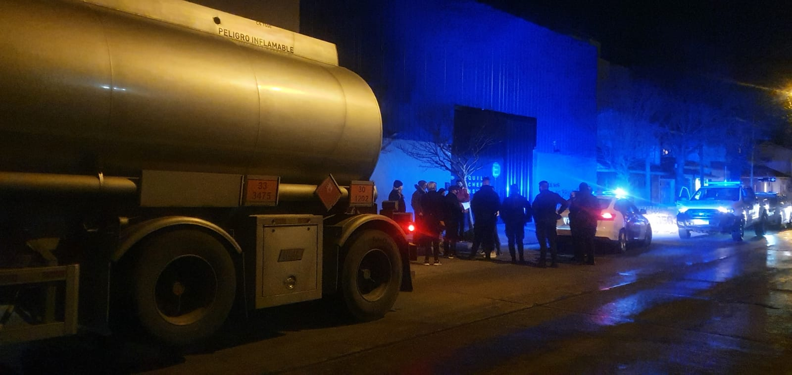 Vecinos del barrio Chauvín enojados con el dueño de un garage, intervino la policía