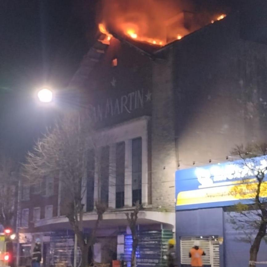 Un incendio causó graves daños en el viejo cine San Martín
